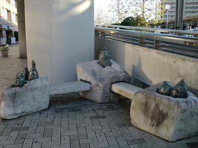 中川駅のふれあいベンチ、筍モニュメント